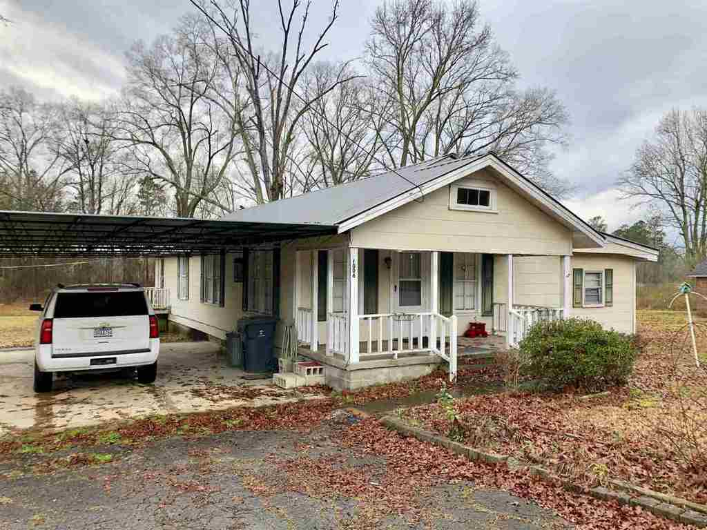 Photo of home for sale at 1006 East Main Street, Centre AL